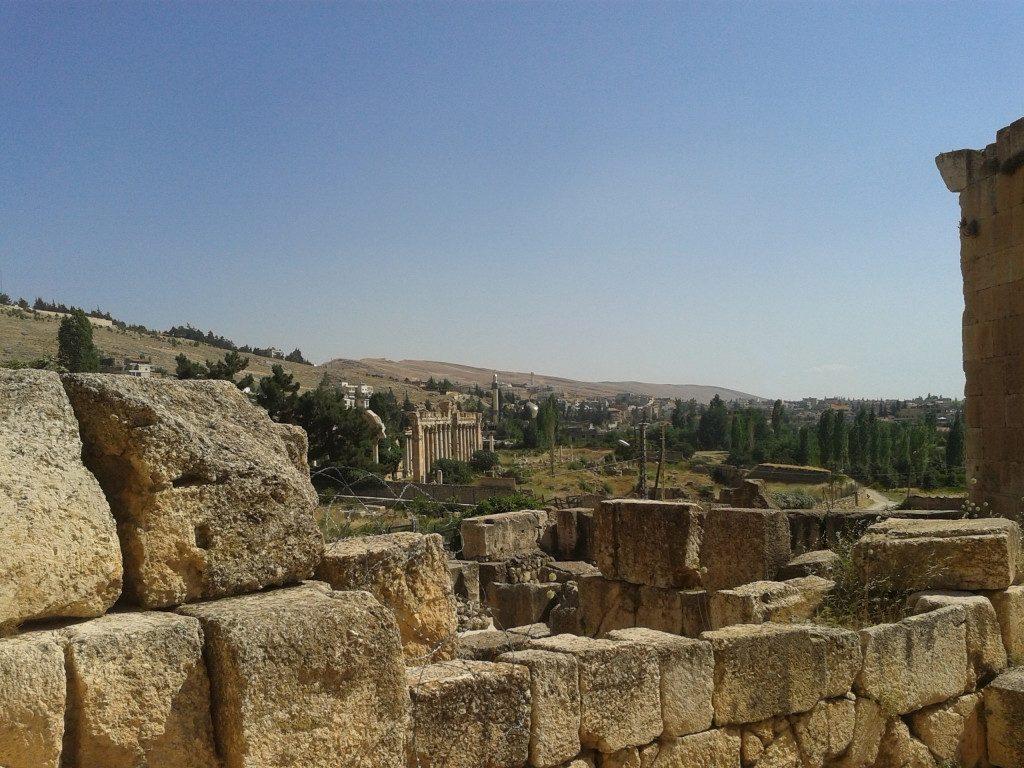 W kontekście sytuacji w sąsiedniej Syrii – Palmyra, w której mieszczą się zabytkowe runiy rzymskie przestała być całkowicie dostępna dla turystów (o ile oczywiście można uznać, że od wybuchu wojny domowej to miejsce było jakoś szczególnie przyjazne turystom) . Niestety nie mam szczególnej nadziei, że zmieni się w najbliższych latach. Nawet gdyby jednak sytuacja się poprawiła, nie ma pewności, że ocaleje cokolwiek cennego. Daily Mail opublikował ostatnio informację, że bojownicy Państwa Islamskiego zniszczyli już m.in rzeźbę lwa Al-Tat (poświęconą pre-islamskiej bogini) – to wszystko mimo wcześniejszej deklaracji, że teren wykopalisk nie zostanie ruszony. To właśnie te drastyczne wydarzenia skłoniły mnie do przeszukania archiwalnych zdjęć z Libanu, z miejscowości która znajduje się całkiem blisko granicy z Syrią. Chodzi oczywiście o Baalbek. W czasie mojego pobytu w połowie 2013 roku miasteczko świeciło pustkami – w sklepach z pamiątkami sprzedawcom nie chciało się nawet odkurzać swojego towaru – i tak tam nikt nie zaglądał. Wszystko więc było w kurzu i piachu – co oczywiście nie oznaczało, że libańscy kupcy okazali się niegościnni. Nic z tych rzeczy – częstowali słodzoną herbatą i wspominali czasy, kiedy hordy turystów z Rosji i Egiptu odwiedzały te rejony. Nie było na dobrą sprawę także gdzie zjeść – większość restauracji przy stacji autobusowej nie działała. Można za to było z łatwością kupić koszulkę lub flagę Hezbollahu. To może innym razem… Dziś sytuacja nie poprawiła się zbyt szczególnie, z tym tylko wyjątkiem, że dla bezpieczeństwa turystów, teren Heliopolis jest strzeżony przez żołnierzy libańskich. Wątpię, żeby to jakoś przekonało regularnych turystów do odwiedzin tych okolic. Nawet dość odważni podróżnicy opowiadali, że zrezygnowali z wyprawy w te rejony ze względu na ostrzeżenia, które usłyszeli w Bejrucie. Warto też przy okazji zaznaczyć, że większość hoteli oferuje wycieczkę do Baalbek prywatnym transportem – jest to jednak kosztowna wyprawa. Oczywiście
