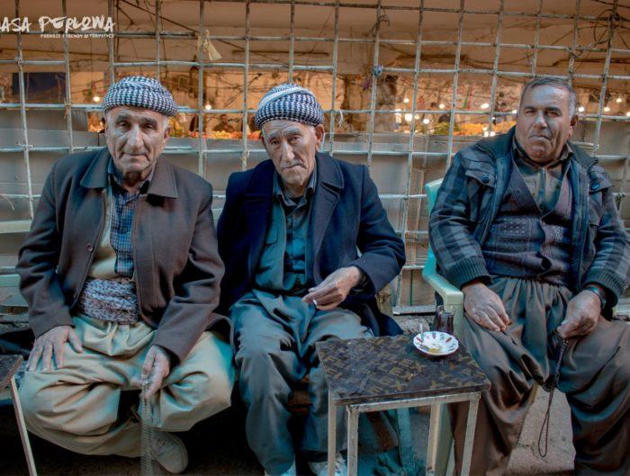 Duhok, Irak: mężczyźni w tradycyjnych strojach